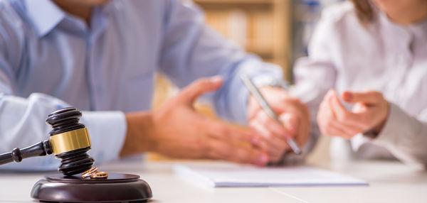 Da aber in einem Scheidungsverfahren noch weitere Punkte als die Scheidung an sich geregelt werden, sollte im Vorfeld ein vertrauensvolles Gespräch zwischen Anwalt und Mandant stattgefunden haben.